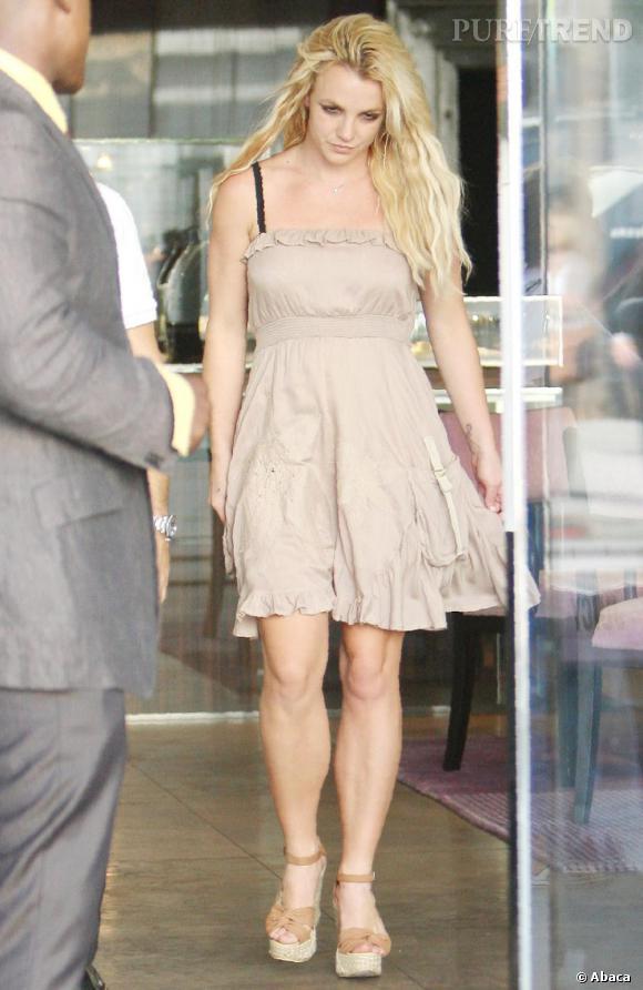 Si Britney n'est pas encore au top, elle arbore tout de même une tenue en harmonie et sans fashion faux-pas.