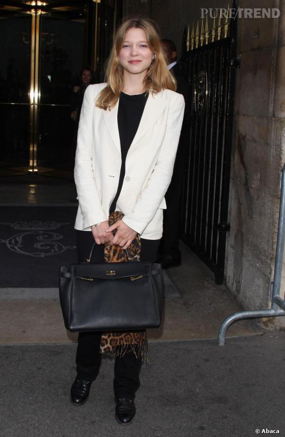 En optant pour un total look noir, l'actrice n'oublie pas quelques pièces donnant de l'originalité au look avec une veste blanche et une écharpe léopard.