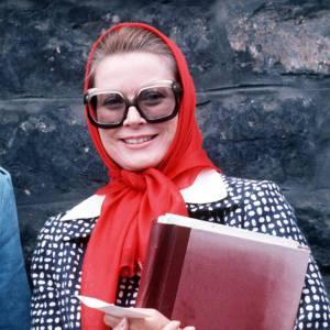 Grace Kelly a fait du foulard sa pièce de predilection comme Audrey Hepburn ses ballerines Ferragamo, et se hisse sur le podium des femmes les plus iconiques. Son astuce : adopter le foulard très fluide et s'en servir comme accessoire capillaire.