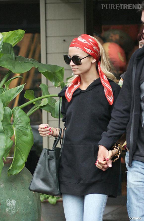 Nicole Richie rend le foulard résolument tendance et arbore le must have que tout le monde s'arrache. Son astuce : elle roule son foulard façon bandana pour l'enrouler sur sa tête laissant dépasser ses cheveux.