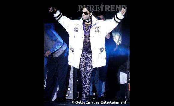 Mélange des genres en 1997 pour le chanteur qui associe combinaison en dentelle et veste XXL façon star de hip hop.