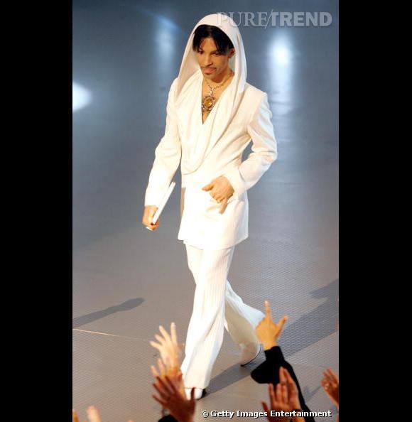 De plus en plus minimaliste, Prince opte pour un total look blanc pour les People's Choice Awards de 2005.