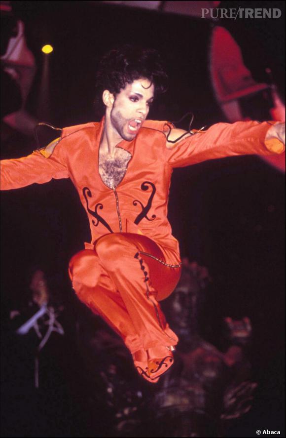 Toujours plus moulé, Prince se déchaine en combinaison rouge sur le  Gold Experience  Tour.