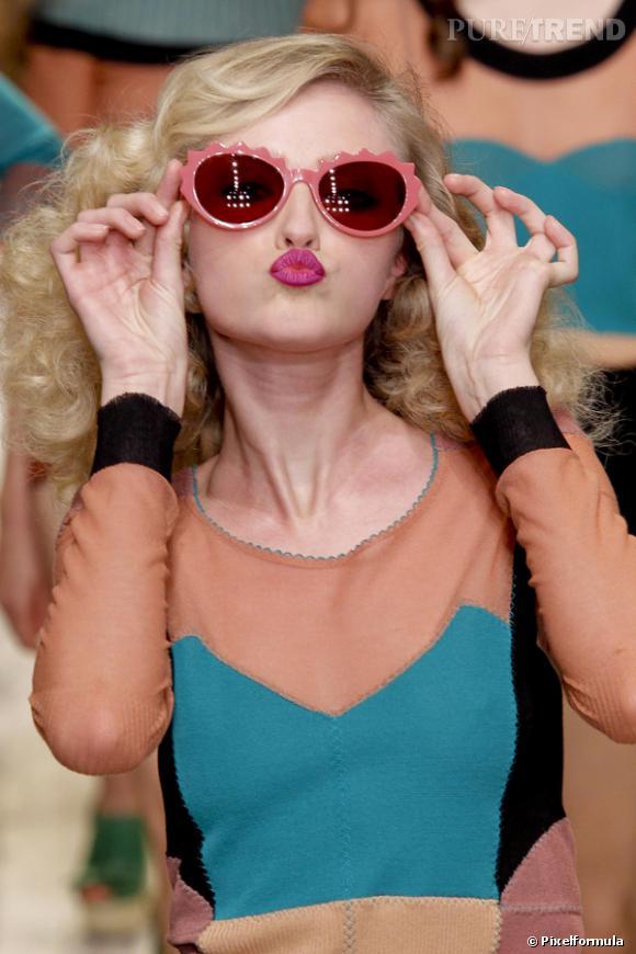 """LOLITA'S C'est coloré, presque sucré comme une friandise pour donner de l'espièglerie au regard. Pour l'été, on peut se la jouer """"Lolita"""" d'un jour, ou d'un soir, porter  une mini-jupe à volants comme dans """"L'Eté meurtrier"""" et jurer que la Star ce n'est pas que les autres. Du coup, les lunettes prennent la couleur de jouets, un plan régressif mais qui offre son quota de vitamines à une allure élégante. Jeune dans la tête et sur les yeux !"""
