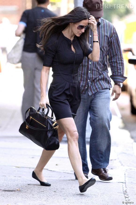 A 10H : L'actrice doit rencontrer de nouveaux producteurs pour son prochain film. Tenue soft oblige, elle est ravissante en robe noir working girl.