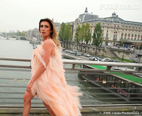 L'orange sera le beige de l'été 2011.   Mademoiselle Agnès porte une robe à plumes de la collection Chanel.