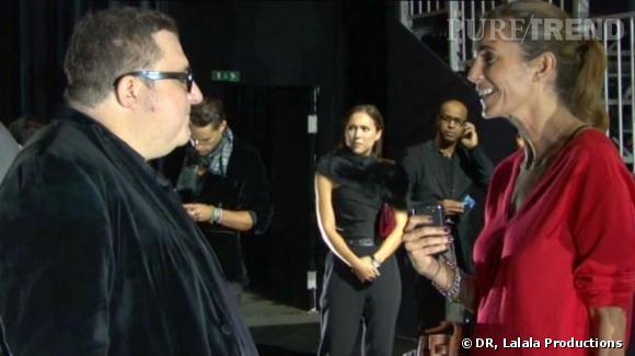 Félicitations après le défilé Lanvin... une fois le show terminé, Alber Elbaz raconte à Agnès ce qui a causé le retard de la présentation.