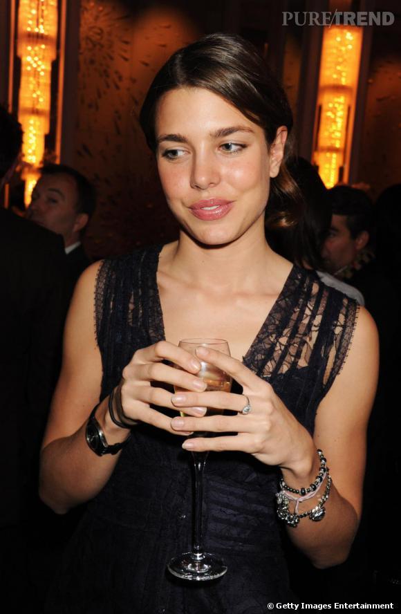 Afin de parfaire son apparition, Charlotte mise sur de discrets bijoux ainsi qu'un beauty look soft.