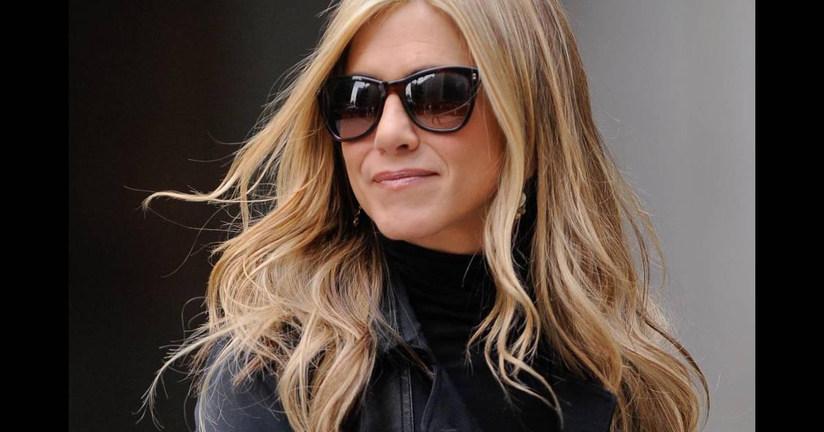 049fc899b19d23 Pour se la jouer incognito, l actrice opte pour une paire de lunettes de  forme légèrement papillon, so rétro - Puretrend