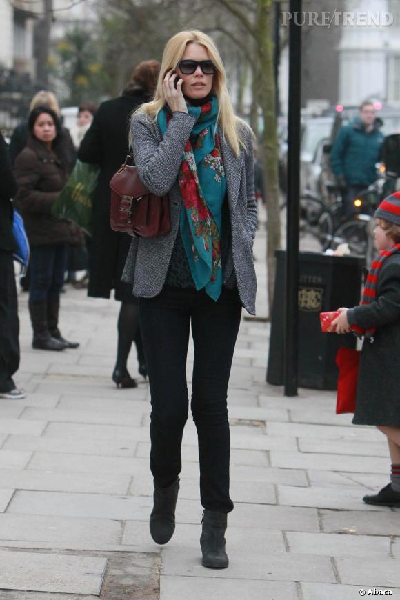 Claudia Schiffer dans les rues de Londres, lundi.