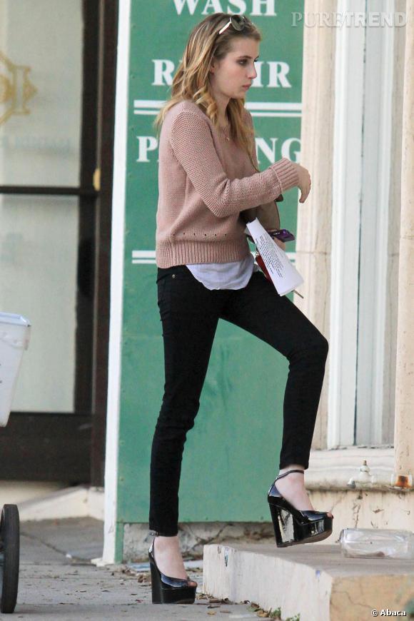 Pull en maille, jean slim noir et t-shirt trop long, Emma Roberts aurait tout de la teen américaine si elle n'avait pas enfilé des escarpins compensés vernis.