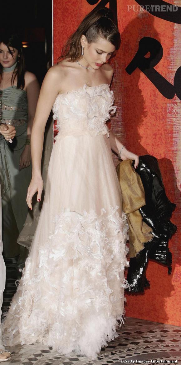 A 21h :  Cendrillon est revenue ! Ou presque, on retrouve bien l'image de la princesse lorsque la belle est conviée à une soirée importante. Vêtue d'une longue robe en mousseline rose pâle, elle est féerique.
