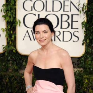 Julianna Magulies e a choisi de porter une paire de puces d'oreilles et un bracelet en or blanc et diamants, Cartier.