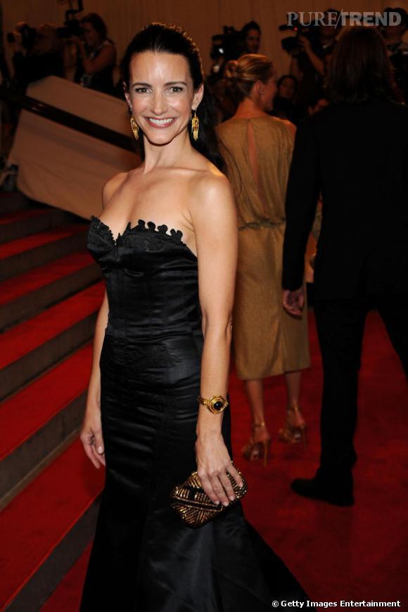 Kristin Davis jette son dévolu sur une minaudière graphique Judith Leiber. Noire et semée de strass dorés, elle pimente sa tenue avec goût.