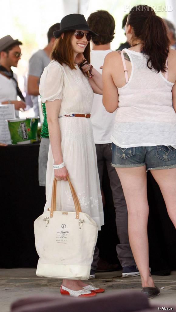 La journée, Anne Hathaway privilégie le confort d'une robe fluide et bohème. Chapeautée et derbys aux pieds, elle a désormais un furieux sens de l'association.