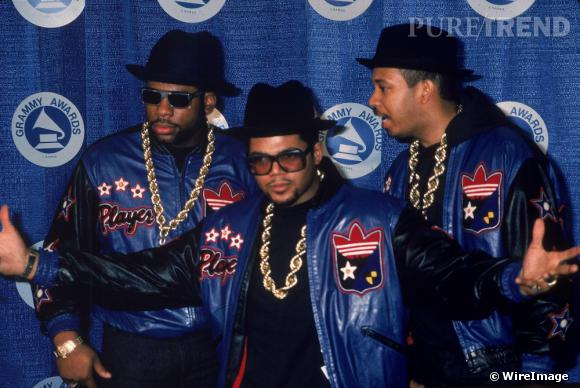 Run DMC dans les années 80, c'est ça. Une veste en cuir à logo, une chaîne XXL, lunettes ET chapeau...