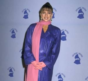 Méconnaissable Vanessa Williams, en 1989, qui opte pour le trench en skaï bleu en guise de robe.
