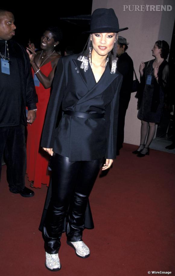 En 2000, Alicia Keys commence le nouveau millénaire avec une veste queue de pie xl et un pantalon en cuir sur des baskets à paillettes...