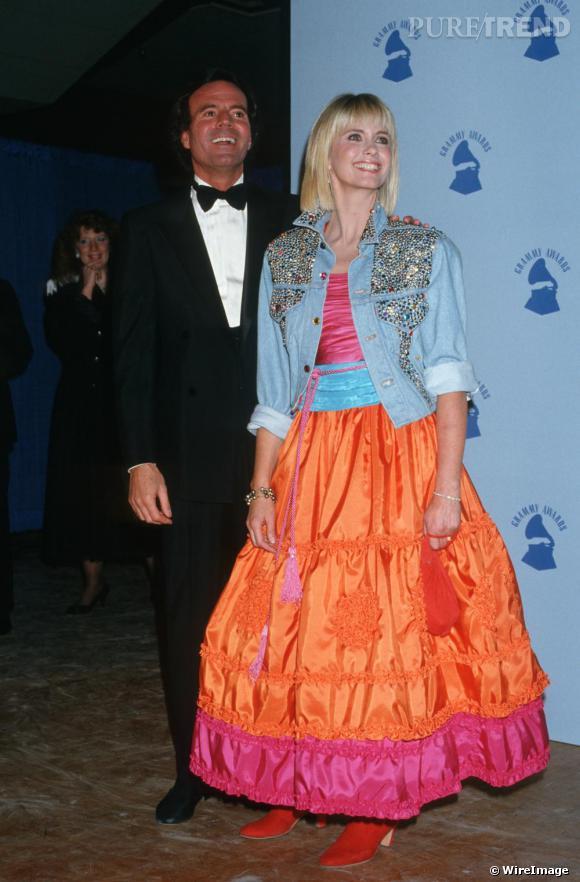 Olivia Newton John joue les princesses acidulées, version folk avec une veste en jean et des bottes rouges en 1987.
