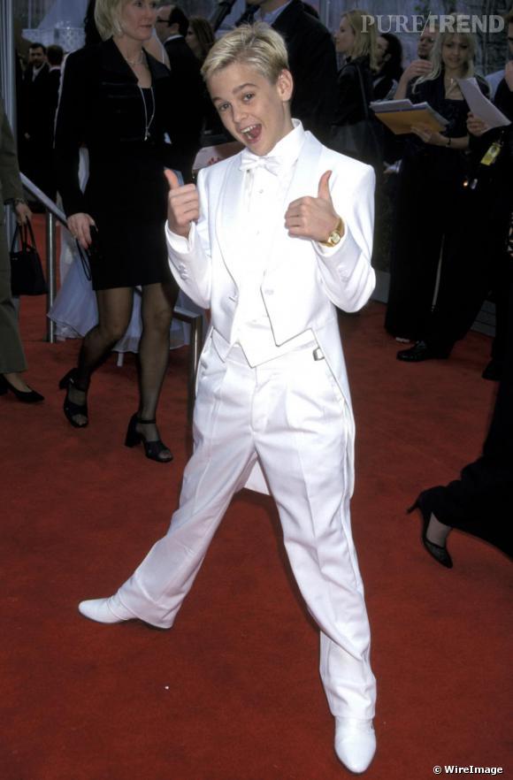 Aaron Carter est un winner en costume blanc immaculé.