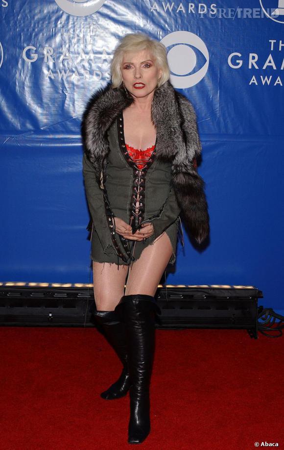 En 2003, Debbie Harry de Blondie a visiblement décidée de laisser une partie de sa robe au vestiaire.
