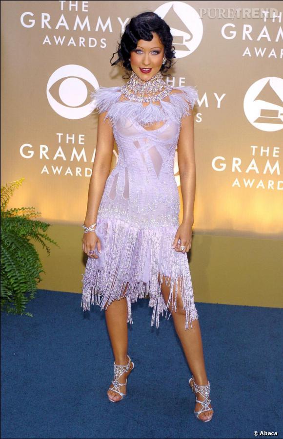 Même lorsqu'elle ne dévoile pas tout, Christina Aguilera arrive à être vulgaire... voire déguisée comme en 2004.