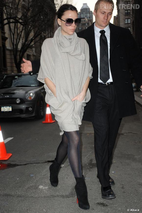 """Ensemble gris perle pour la fashionista/styliste, qui se juche sur une paire d'""""Alti Booty"""" par Louboutin."""