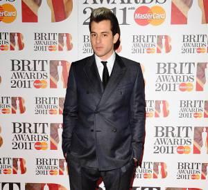 """Mark Ronson prend la pose, beau joueur, même si il s'est vu piqué le prix de l'""""Artiste britannique masculin de l'année"""" par Plan B."""
