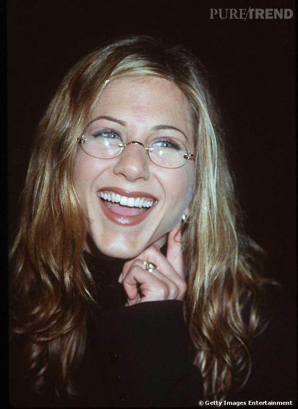 """Le flop """"lunettes"""" :  rondes à montures dorées, Jennifer n'a pas encore compris le potentiel style de cet accessoire."""