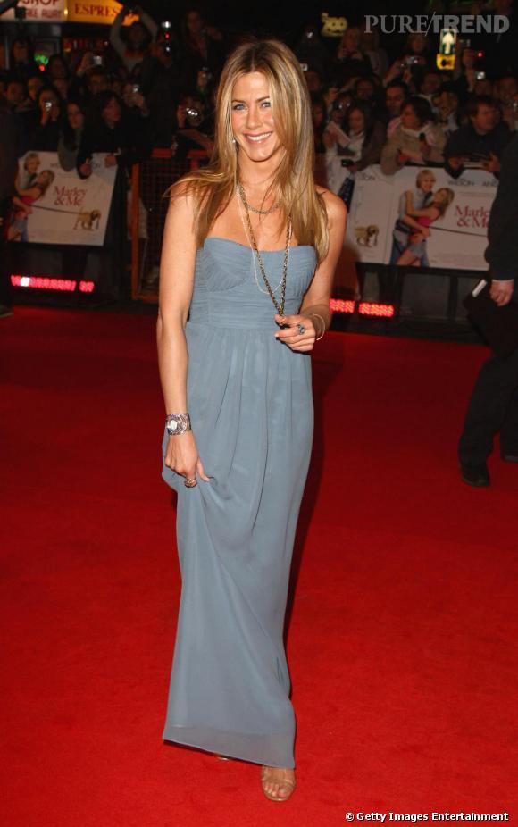 """Le top """"robe longue"""" :  une belle couleur, une forme qui souligne impeccablement la silhouette, Jennifer est divine."""