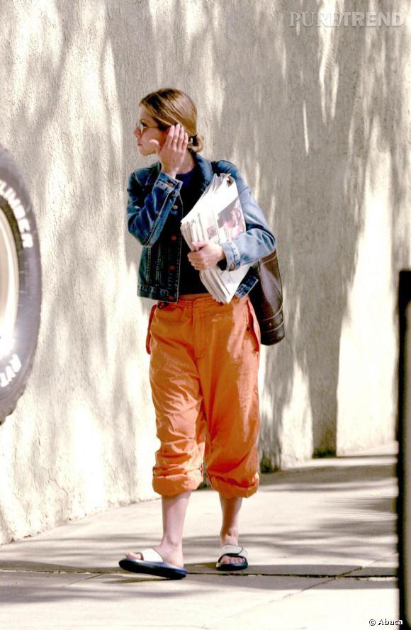 """Le flop """"look de rue"""" :  claquettes de piscine, pantacourt orange et blouson en jean, Jennifer n'est pas dans l'un de ses bons jours."""
