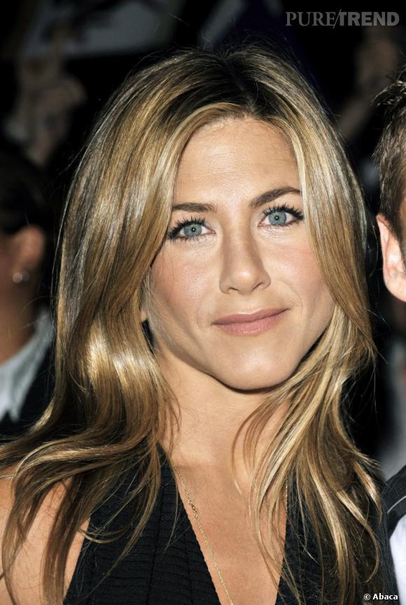 """Le top """"make-up"""" :  le teint lumineux, le regard souligné, Jennifer s'offre un coup d'éclat."""