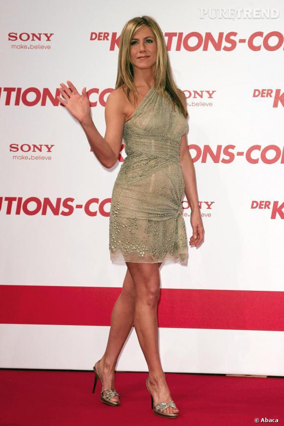 """Le flop """"robe nouée"""" :  un noeud au mauvais endroit et Jennifer gagne instantanément un petit ventre disgracieux."""