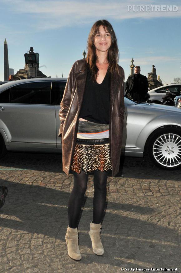 Charlotte Gainsbourg, la parisienne bohème.   Signes de reconnaissance : outre les bottines et le jean, elle se passe rarement des créations Balenciaga, la jupe ici.