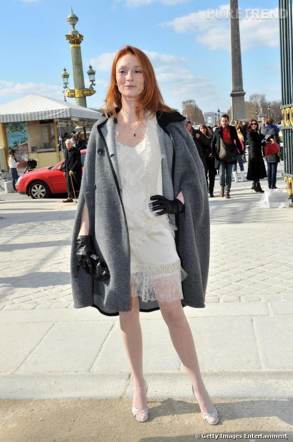 Audrey Marnay, la parisienne rétro.   Signes de reconnaissance : outre sa crinière rousse, elle parie bien souvent sur des basiques vintage ou remis au goût du jour, la cape par exemple.