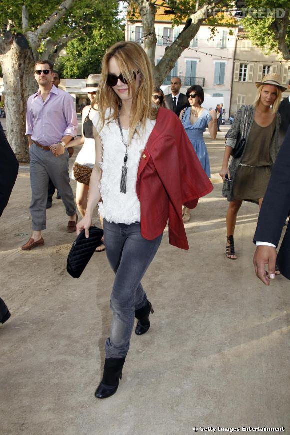 Vanessa Paradis, la parisienne bling bling.   Plus sophistiquée et pour cause, elle habite désormais à Los Angeles, Vanessa Paradis mixe romantisme et couture.   Signes de reconnaissance : Veste ou sac Chanel.
