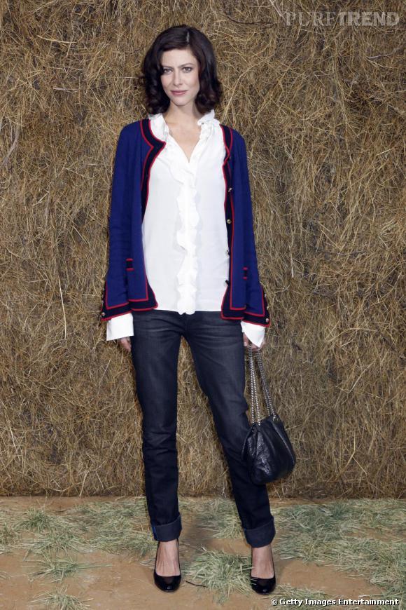 Anna Mouglalis, la parisienne inaccessible.   Signes de reconnaissance : elle porte toujours du Chanel et n'aime pas les vêtements moulants.