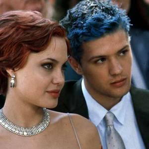 Angelina Jolie et Ryan Phillippe méconnaissables aux cheveux rouges et bleus.