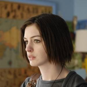 Le teint pâle, les cheveux mal coupés et les yeux humides, Anne Hathaway n'est pas à son avantage dans Rachel se marie.