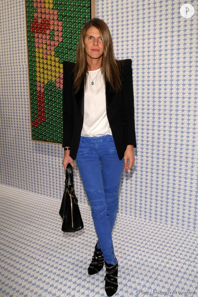 anna dello russo colorise son look rock avec un pantalon bleu lectrique. Black Bedroom Furniture Sets. Home Design Ideas