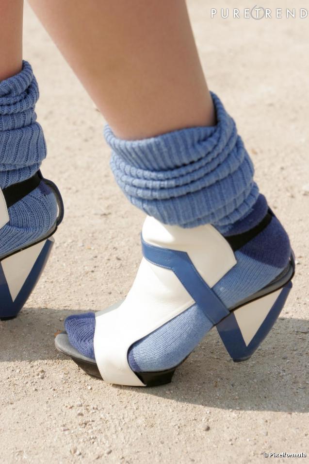 les shoes des sandales au design futuriste assorties aux chaussettes. Black Bedroom Furniture Sets. Home Design Ideas