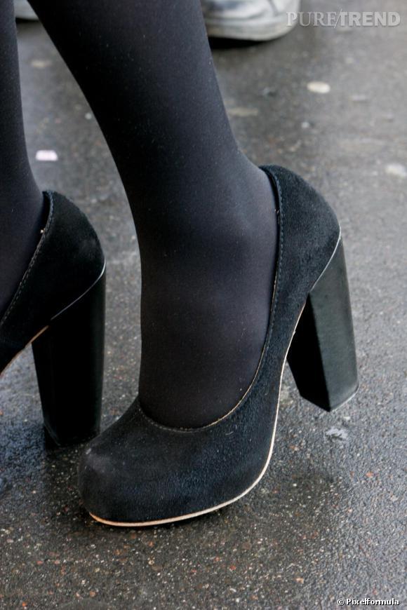 Les shoes   des escarpins noirs à bouts ronds, qui se fondent dans les  collants 4f250f6d0e82