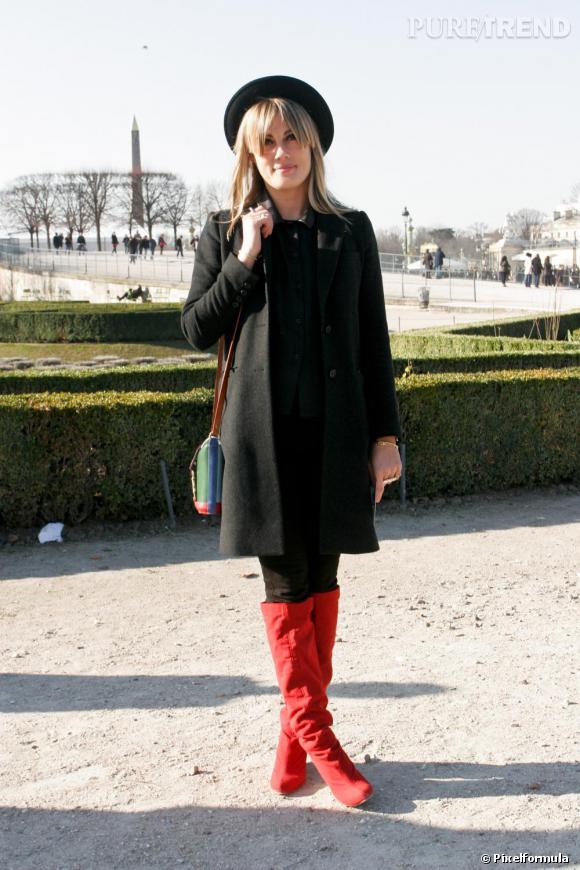 Son look : sixties Chapeau rond et manteau droit, le petit truc est ...