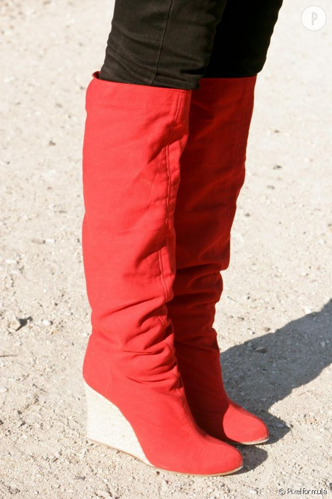 les shoes des bottes hautes rouges et compens es qui habillent litt ralement son jean noir. Black Bedroom Furniture Sets. Home Design Ideas