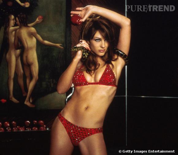 """Dans """"Endiablé"""" Liz Hurley incarne le diable en personne. Pour incarner la quintessence de la tentation et des 7 pêchés capitaux il fallait bien le bikini rouge."""