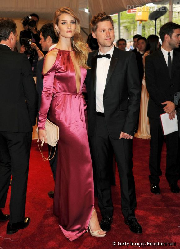 Rosie Huntington en satin rose.