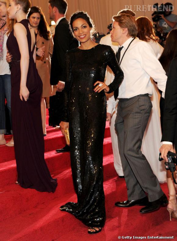 Rosario Dawson, en robe sequins.