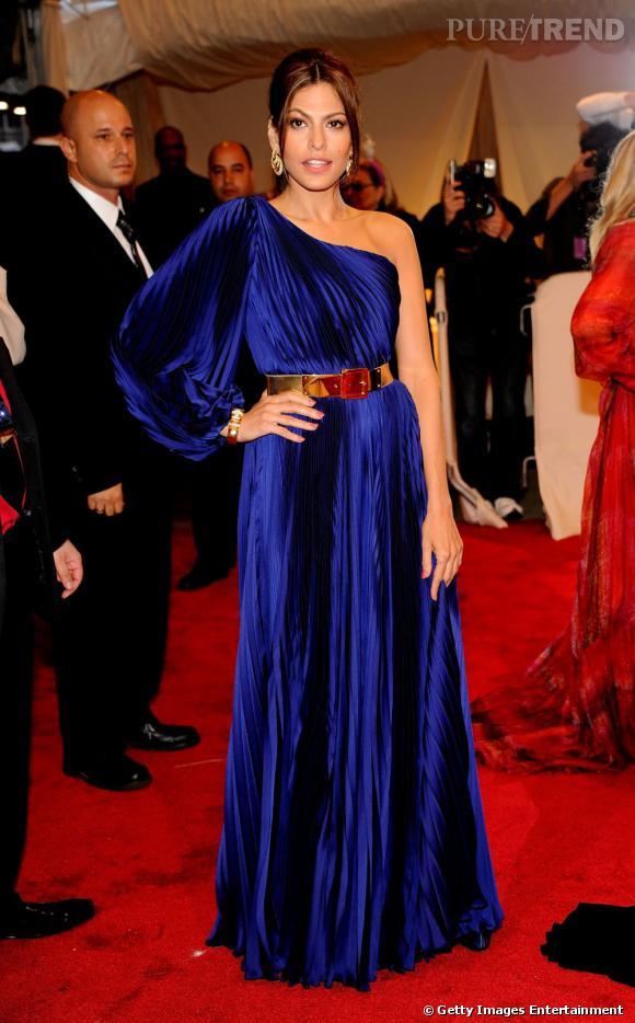 Eva Mendes en robe asymétrique.