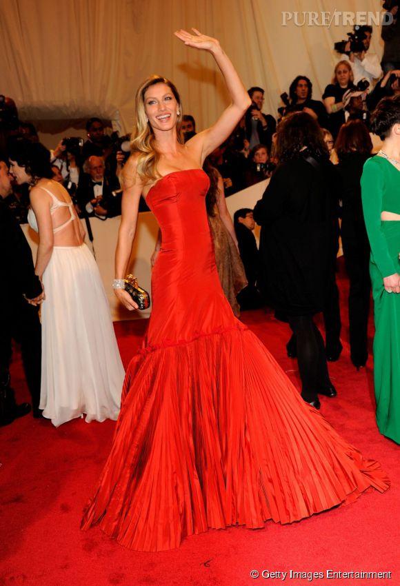 Gisèle Bundchen sirène en rouge.