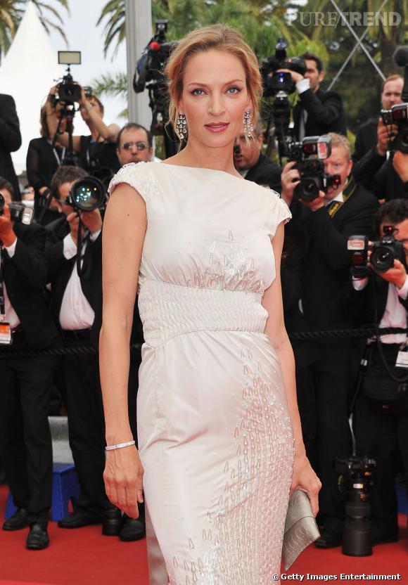 Cannes : les plus beaux make-up du samedi 14 mai Uma Thurman mise sur une bouche rouge bordeaux et un regard lumineux avec des cils XXL, une ombre à paupières grise flouttée et une légère touche de bois de rose sur l'arcade sourcilière
